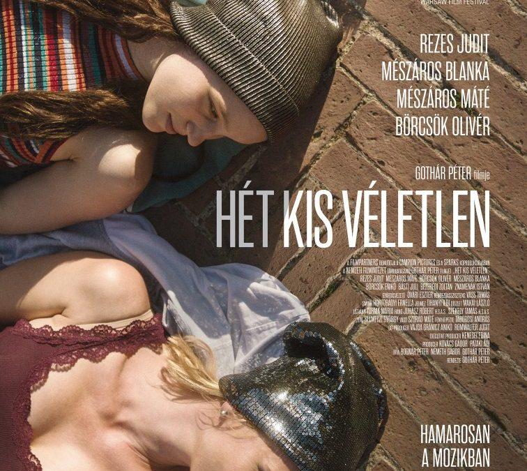 Egy hónap múlva jön a mozikba a Hét kis véletlen – Elkészült a film plakátja
